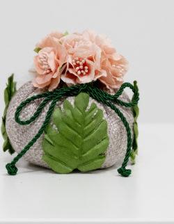 Puffo beige con mazzetto 5 fiorellini+3 foglie